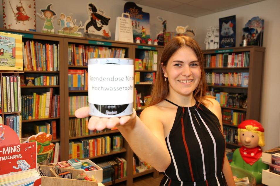 Lisa Panke-Deutscher mit der Spendenbox für die Hochwasseropfer. Die Buch-Oase will alle Einnahmen vom verkaufsoffenen Sonntag spenden.