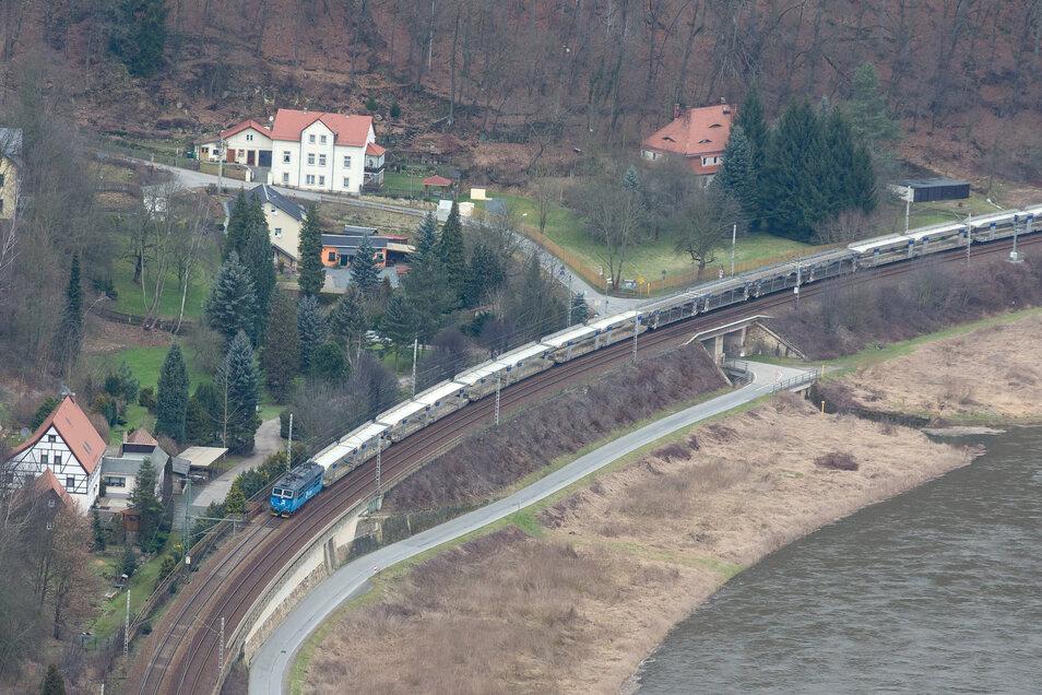Das Elbtal ist mit fast 240 Zügen ein Engpass. Auch in Königstein hofft man, dass es in rund 20 Jahren ruhiger wird, wenn Züge auf der teils unterirdischen Neutrasse nach Prag fahren.