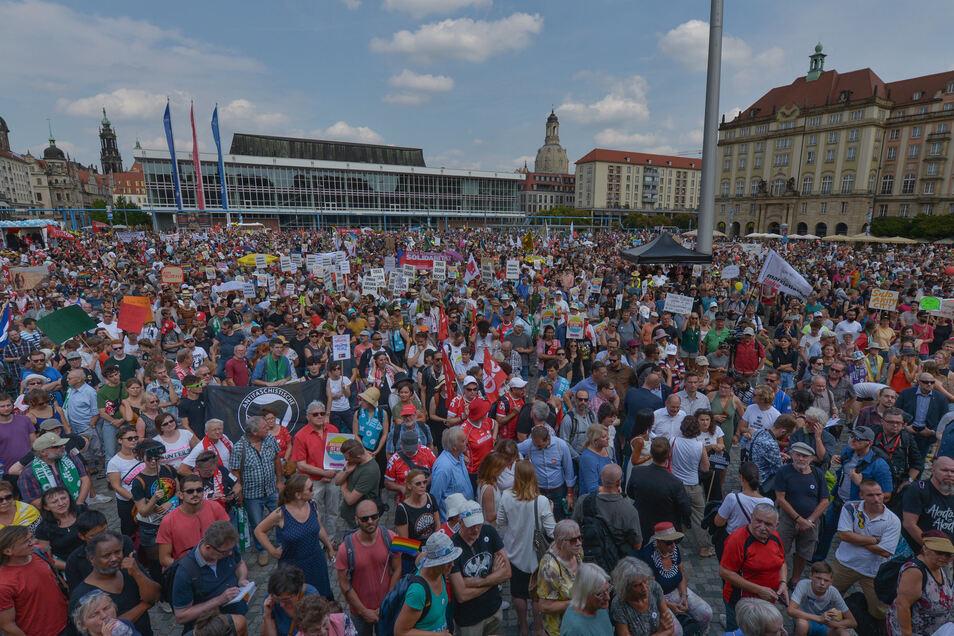 Tausende Demonstranten hatten sich am Sonnabend zur Auftaktkundgebung auf dem Dresdner Altmarkt versammelt.