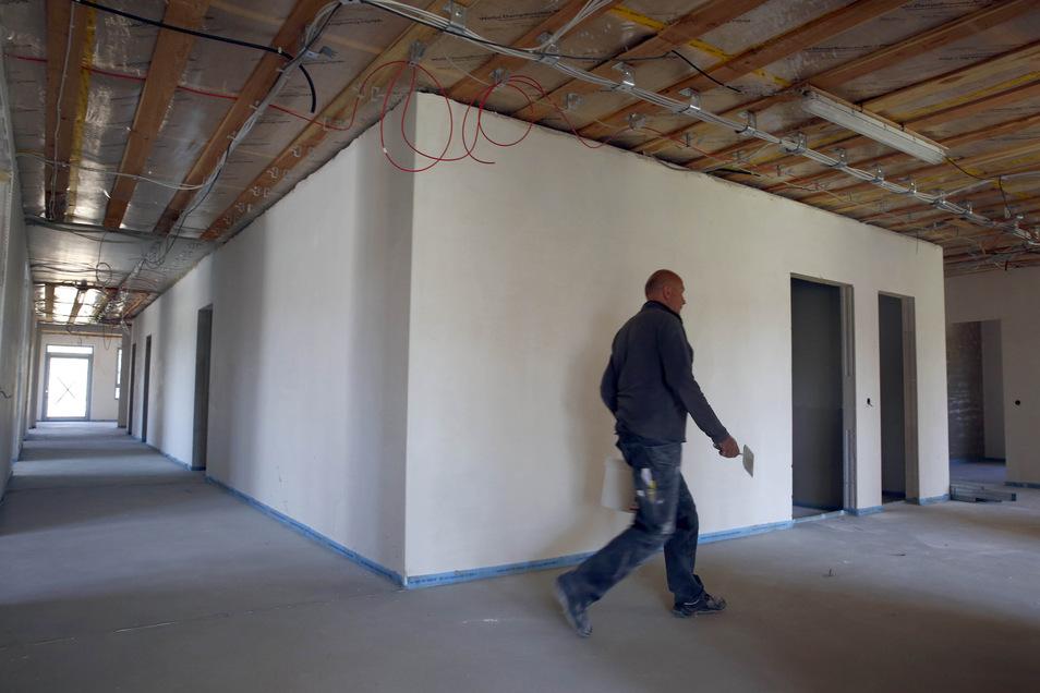 Im Obergeschoss der neuen Kita gibt es viele Gruppenzimmer, aber auch breite Gänge und Aktionsflächen wie Kinderküche, Experimentier-Raum, Werkstatt, Bibliothek, Bewegungsraum und Snoezelraum. Sogar für eine kleine Theaterbühne ist Platz.