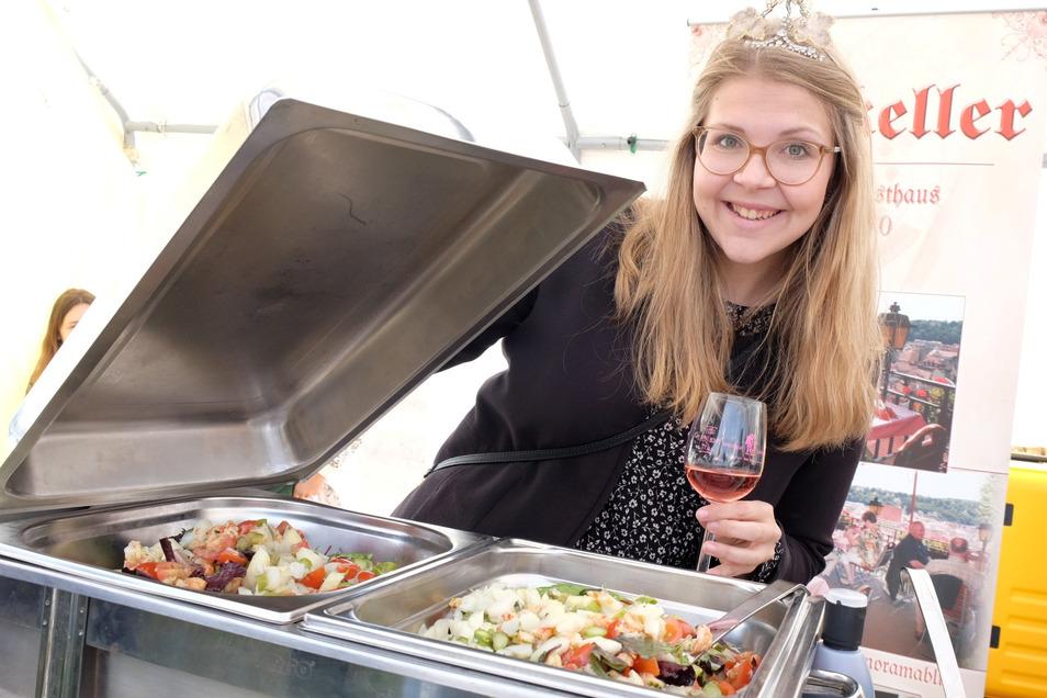 Gebietsweinkönigin Lisa Marie I. aus Diesbar-Seußlitz ist voller Vorfreude: Die 22-jährige Lehramtsstudentin präsentiert zur Spargelmeile in Nieschütz einen leckeren Salat aus der Küche des Meißner Ratskellers.