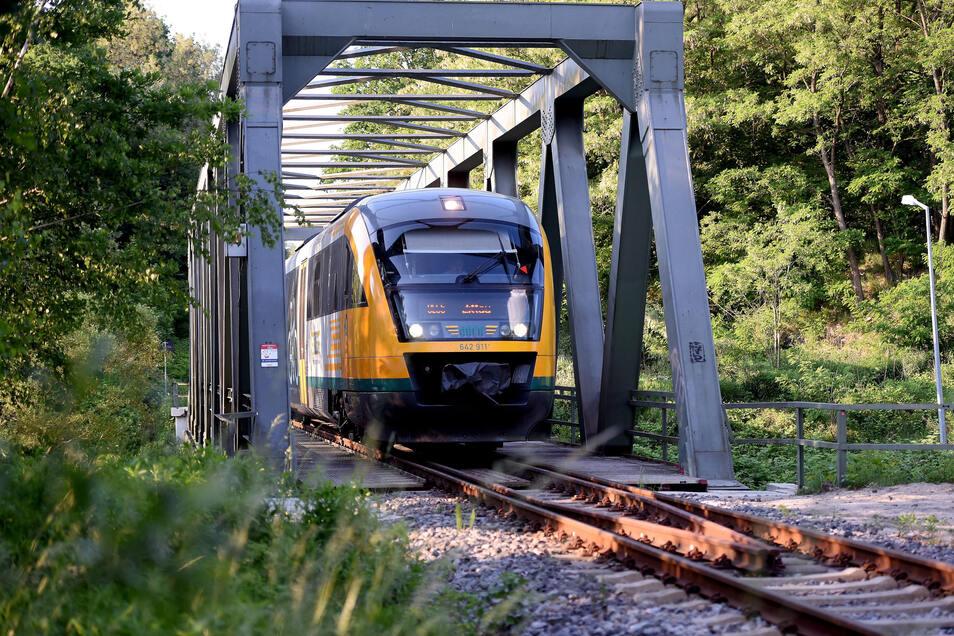 Die Eisenbahnbrücke über die Neiße in Hirschfelde bleibt voraussichtlich noch ein paar Wochen länger ohne Zugverkehr.