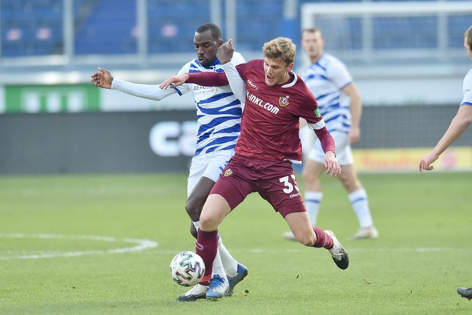 Zweikämpfe bestimmen das Spiel: Wilson Kamavuaka (l.) vom MSV Duisburg hier gegen Dynamo-Stürmer Christoph Daferner.