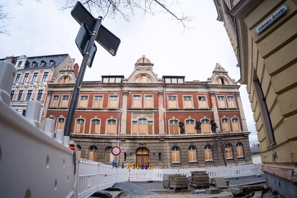 Die Rauschwalder Straße 73 soll Teil der neuen Oberschule werden. Jetzt muss das Gebäude erst mal gesichert werden.