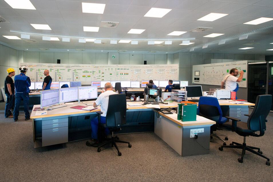 Turbulent geht es derzeit in der zentralen Warte des Kraftwerks zu. Denn die erneuerte Maschinen-, Leit- und Elektrotechnik wird wieder in Betrieb genommen.