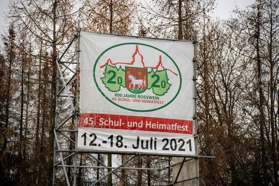 Auf einer großen Plakatwand wirbt die Stadt Roßwein noch für das schon verschobene Schul- und Heimatfest im Juli nächsten Jahres. Ob es 2021 tatsächlich gefeiert werden kann, darüber wollen die Stadträte am Donnerstag entscheiden.