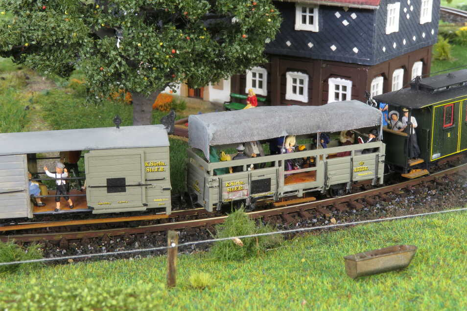 """Der überarbeitete """"IK-Zug"""" fährt ins Gebirge."""