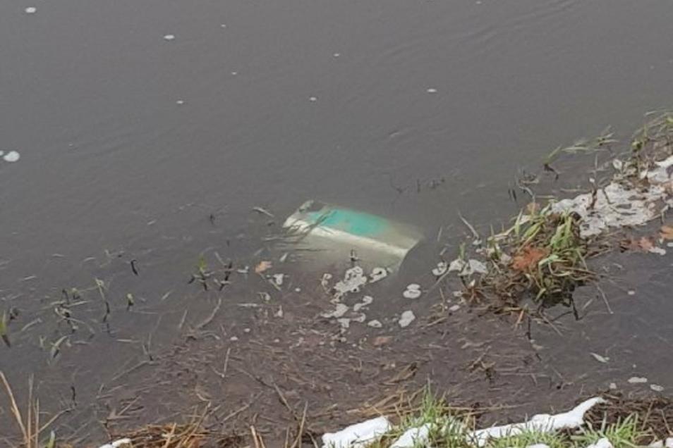 Ein Opfer der Silvesternacht: Der Papierkorb an der Skaterbahn wurde in den Neugraben geworfen.
