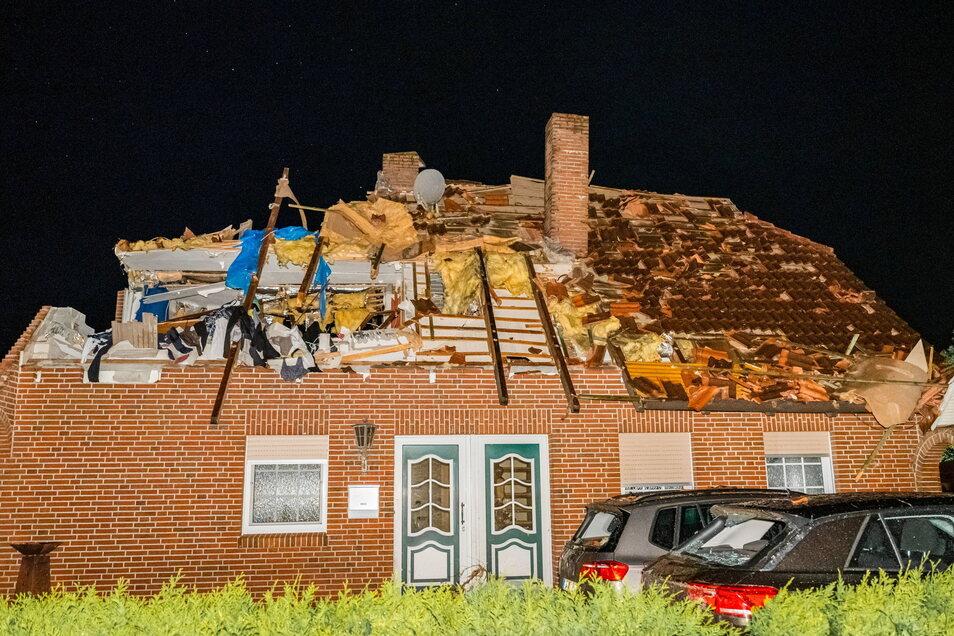 Niedersachsen, Berumerfehn: Nach Feuerwehr-Angaben wurden am Montagabend rund 50 Häuser durch den Tornado beschädigt.