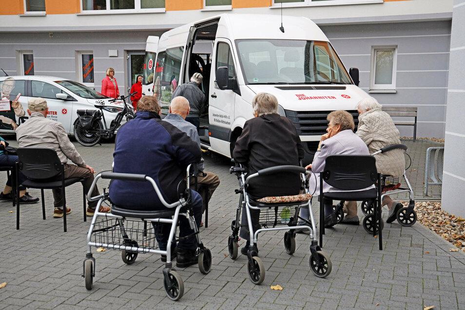 Erst mal richtig von außen betrachten. Diese Senioren von der Begegnungsstätte der Johanniter-Unfallhilfe waren mit dabei, als der neue Kleinbus in Riesa übergeben wurde.