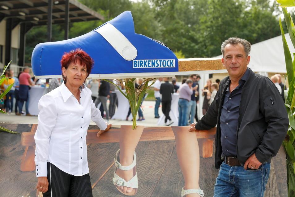 Große Schuh-Pläne bei Birkenstock in Bernstadt: Betriebsratsvorsitzende Ramona Kühnel (links) und der geschäftsführende Werksleiter Andreas Schulz vor einem riesigen Birkenstock Clock.