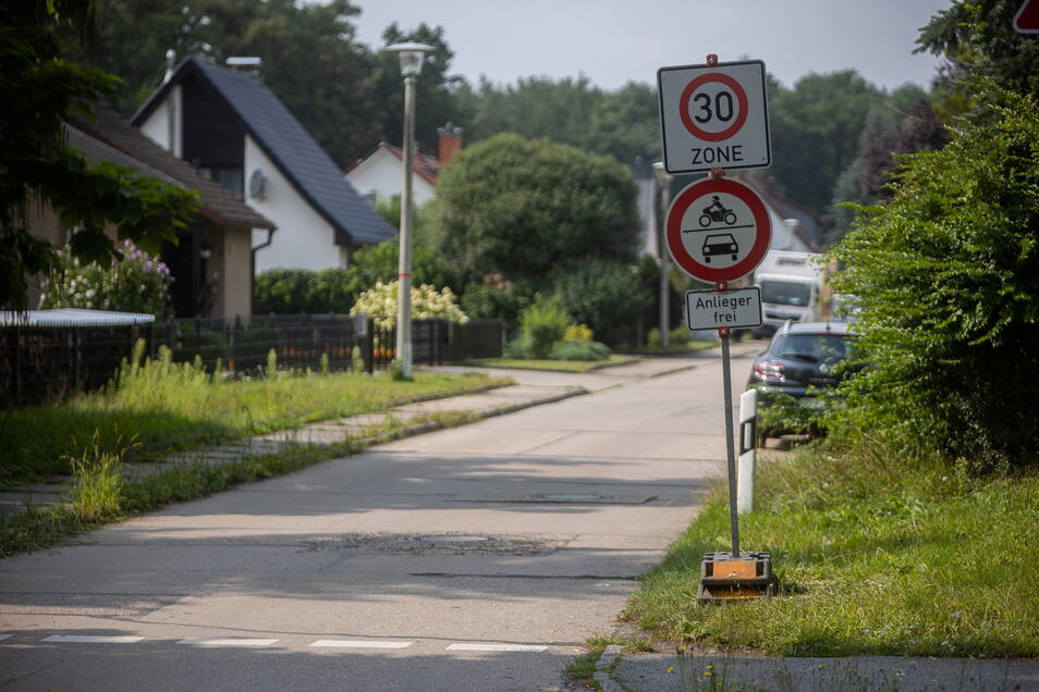 Nachdem Vandalen in Graupa viele Verkehrsschilder herausgerissen hatten, stehen nun neue Interims-Verkehrsschilder da.