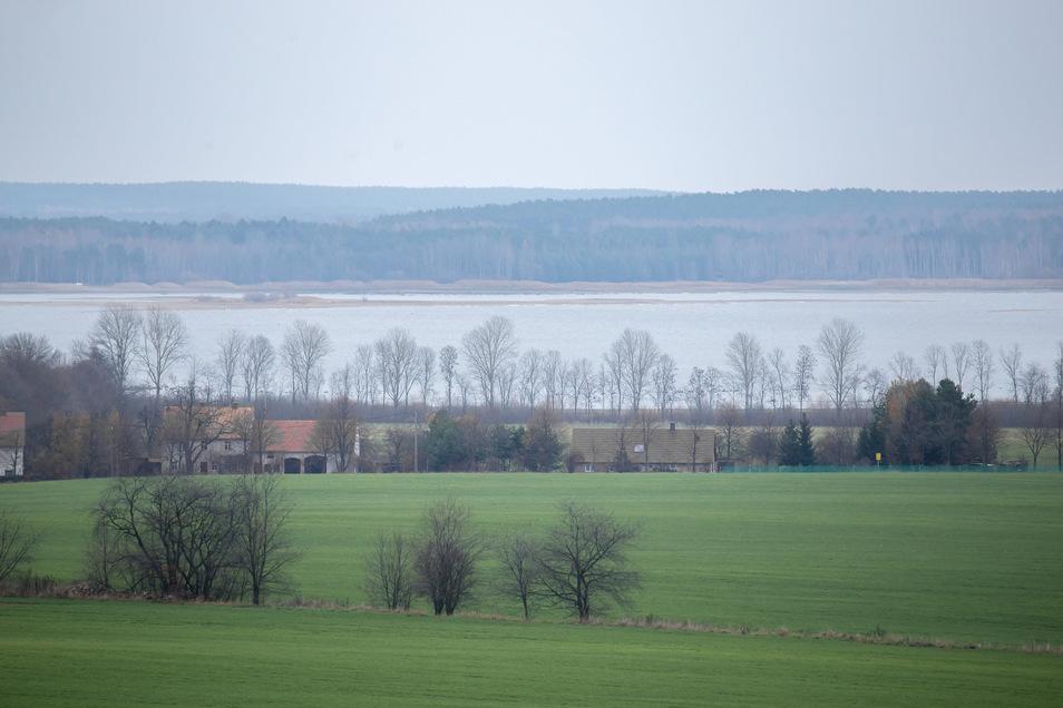 Der Blick über Kollm auf den Stausee Quitzdorf zeigt, wie weit der Wasserstand in den letzten Monaten gesunken ist. Eine Besserung kündigt sich nicht an.