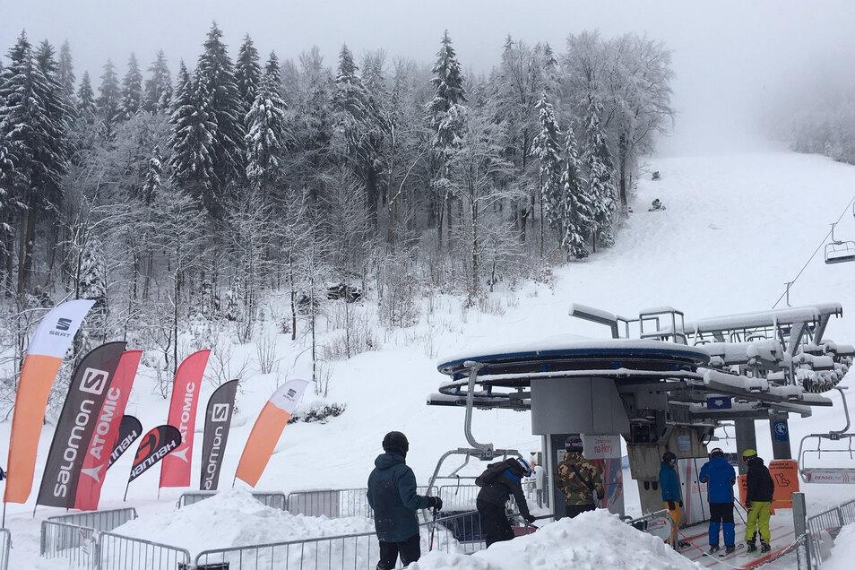 So viel echter Schnee wie auf diesem Archivbild liegt derzeit am Jeschken nicht, aber Skifahren ist trotzdem möglich.