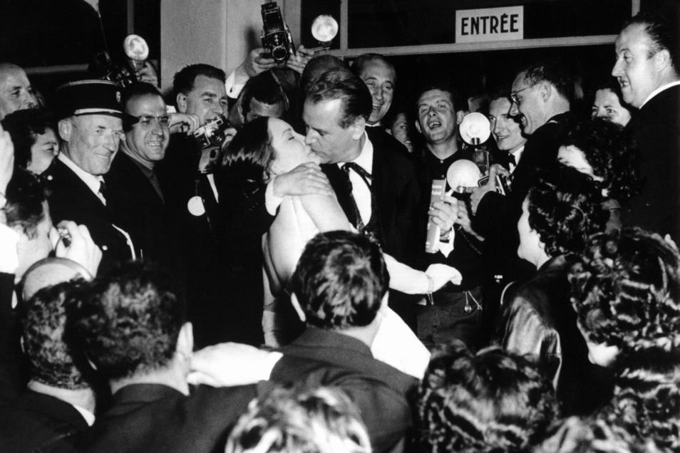 1959, Frankreich, Cannes: Nach der Aufführung küsst O.W. Fischer seine Filmpartnerin Ellen Schwiers bei den Filmfestpielen.