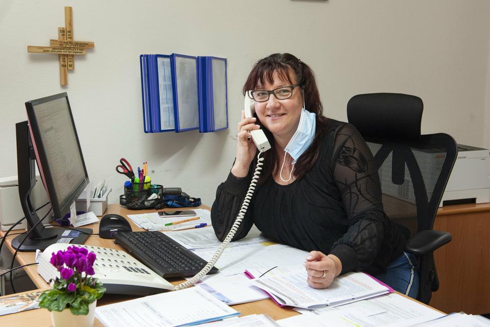 """Anja Oertel nimmt im Diakonie-Pflegeheim """"Helene Schmieder"""" in Großenhain telefonische Anmeldungen von Angehörigen entgegen. Ohne diese Vorinformation dürfen Besucher nicht mehr ins Haus."""