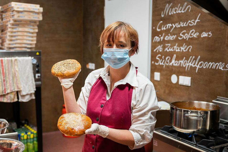 Burger beim Bäcker? Na klar. Bei Wittig gibts ab jetzt welche. Fanny Ginge zeigt die selbst entwickelten Burgerbrötchen.