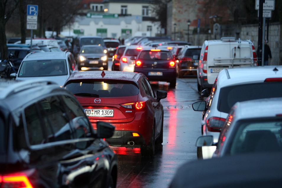 """Parkplatz-Suchende auf der Straße """"Am Zwinger"""" in Pirna zur Adventszeit 2018: In der Innenstadt ging zeitweise nichts mehr."""