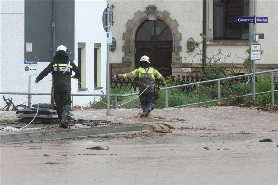 Feuerwehrmänner im Einsatz in Niederwartha.