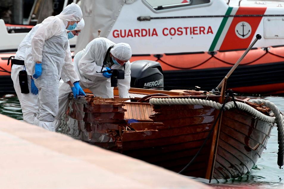 Italienische Forensiker begutachten den Schaden an dem Boot, in dem das Paar aus Italien auf dem Gardasee unterwegs war.