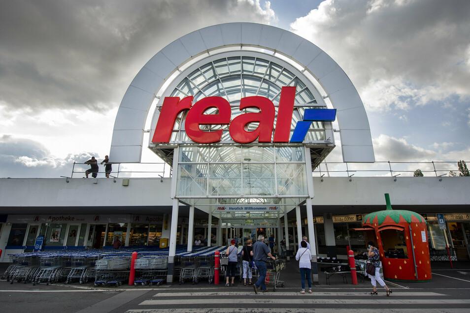 Noch steht Real überm Eingang in Heidenau. Kaufland will, dass hier bald sein Name prangt.