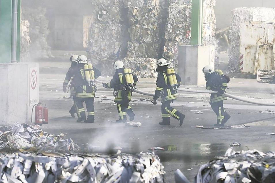 Brand im Heidenauer Recycling-Unternehmen Kühl am 13.März. Es war einer der ersten Großalarme, die Dresdens Regionalleitstelle im Pirnaer Gebiet auslöste. Etwa 50 Feuerwehrleute aus Heidenau, Pirna, Dohna und Gorknitz rückten an. Archivfoto: M. Förster