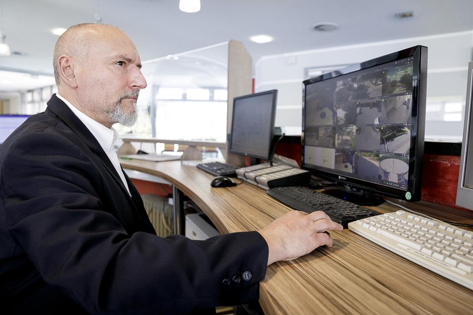 Der Chef des Sicherheitsdienstes am Klinikum, Mathias Basler, vor einem Überwachungsmonitor.