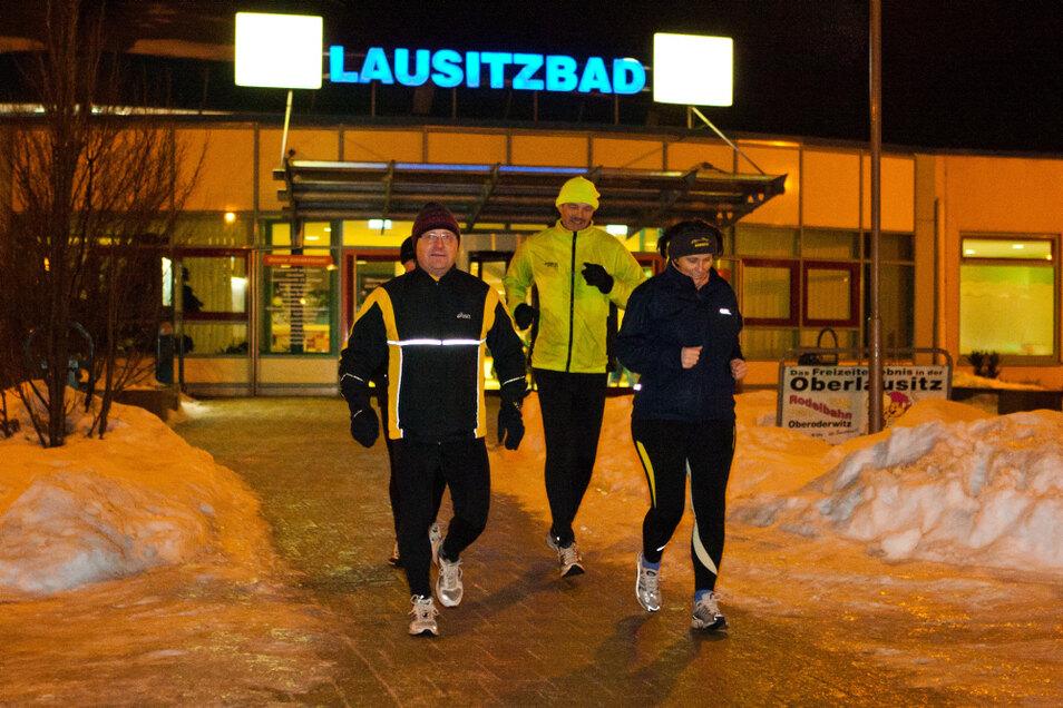Vor zehn Jahren: Lauf-Organisator Manfred Grüneberg (Mitte / in Gelb) am 6. Januar 2011 mit Gleichgesinnten. Heute sind nur Einzelläufe möglich.