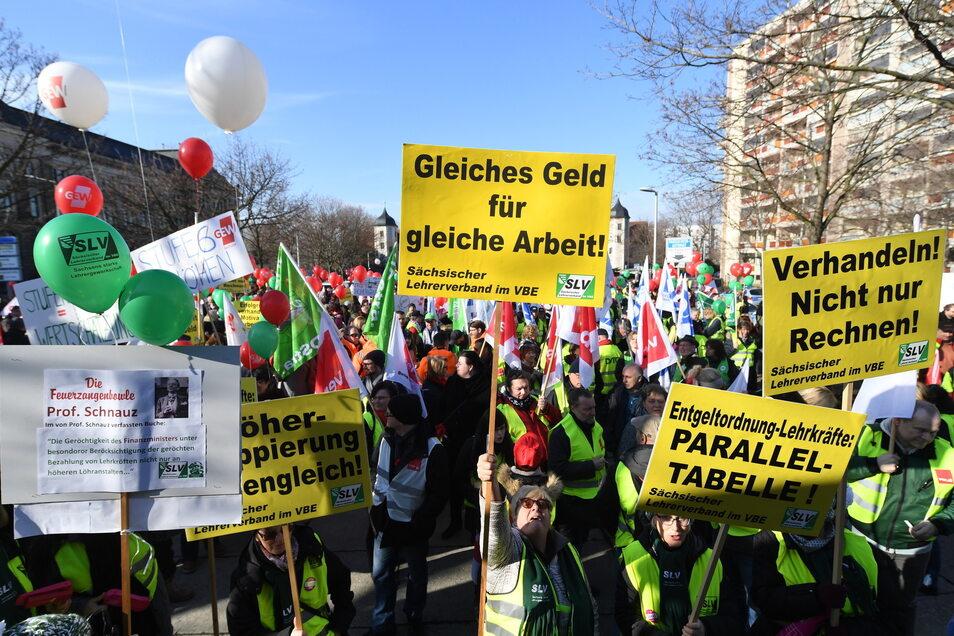 Lehrer demonstrieren am Dresdner Carolaplatz.