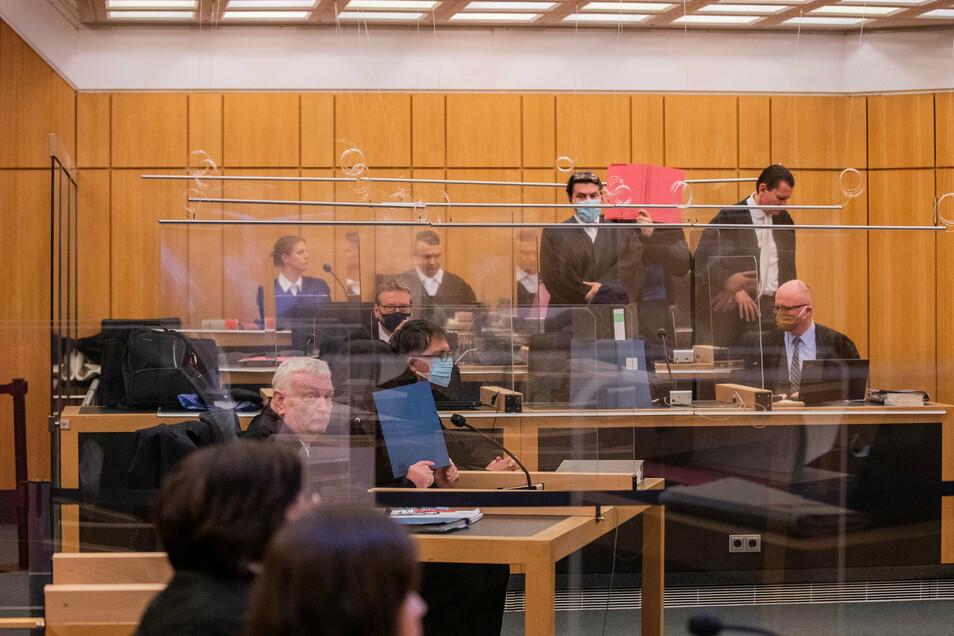 Die Angeklagten, darunter der 27-Jährige Hauptangeklagte (vorne rechts) sitzen beim Prozessauftakt in einem Gerichtssaal des Landgerichts Münster.