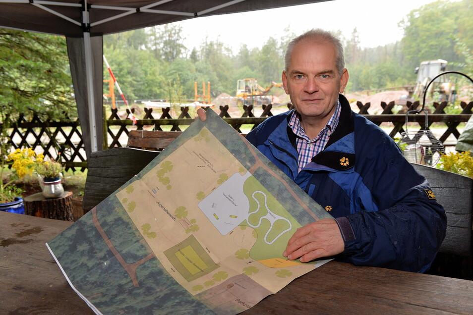 Uwe Babocsai leitet das Bürger-Projekt und präsentiert hier einen Plan, wie das Walderlebnis einmal aussehen soll. Das Foto entstand bei einem Arbeitseinsatz im September 2020.