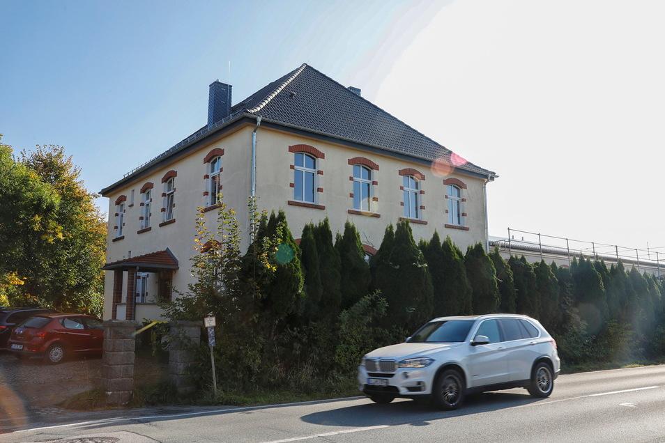 Die ehemalige Knöpferei an der B96 wird zur Tagespflege ausgebaut. Auch das Wohnhaus im vorderen Bereich hat Familie Siede saniert.