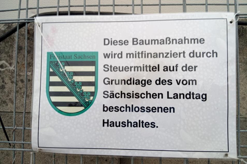 Dieses Schild soll noch mit am Bauzaun gehangen haben.