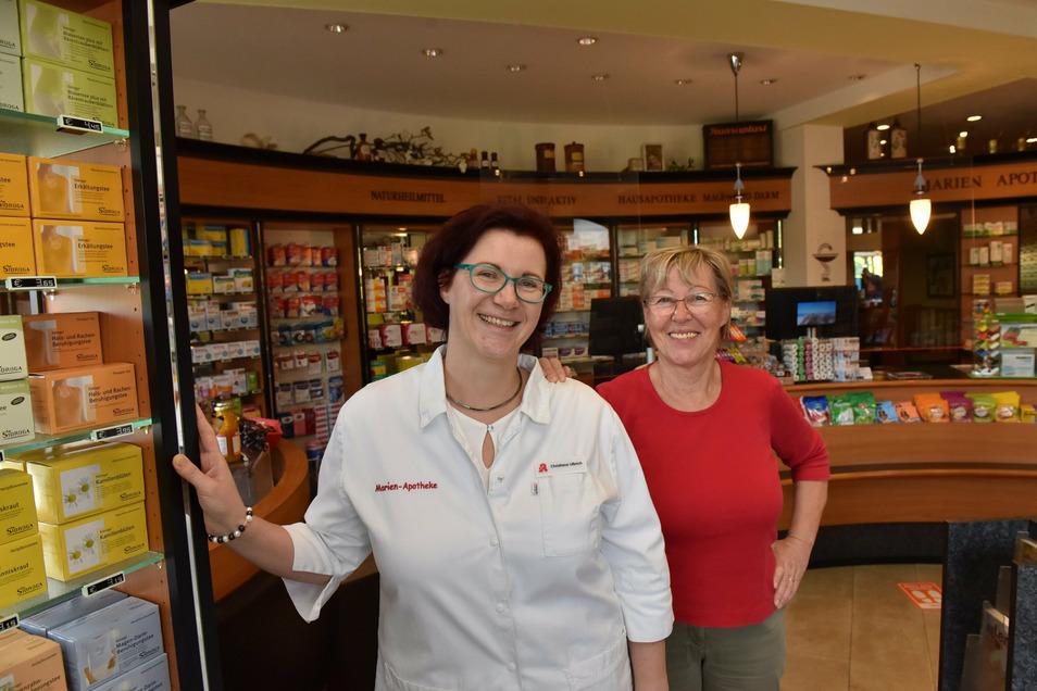 Karin Petrich stärkt ihrer Tochter Christiane Ulbrich noch immer den Rücken, auch wenn die seit fast zehn Jahren die Chefin in der Apotheke ist.
