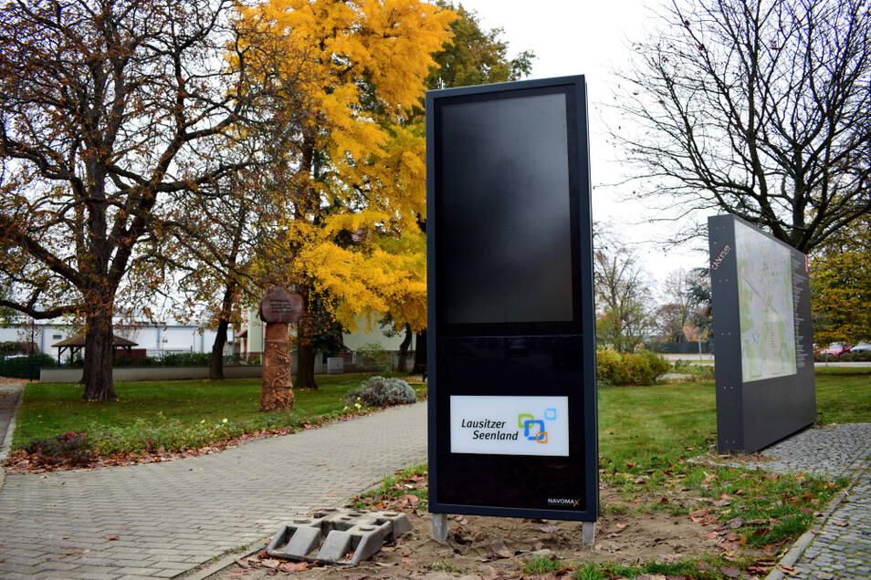 Die Stele ist nun eine gute Ergänzung zum nebenstehenden Stadtplan. Denn noch mehr Informationen können interaktiv abgerufen werden.