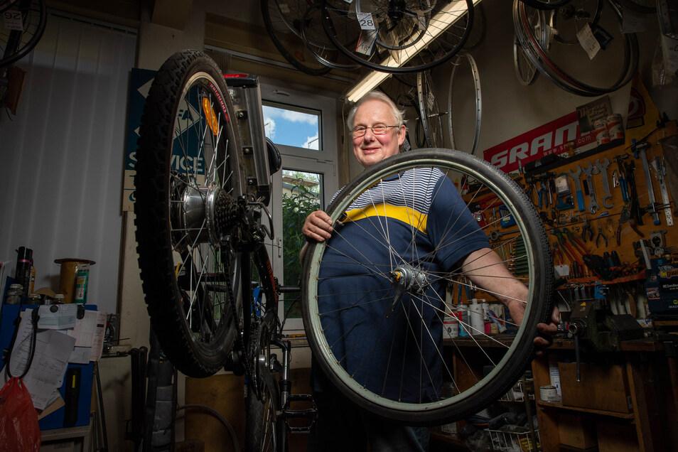 """""""Mir hat die Arbeit immer Spaß gemacht."""" Hartmut Bäßlers Fahrradladen in Pirna-Copitz gab es schon zu DDR-Zeiten. Auch während Corona hatte er in der Werkstatt viel zu tun."""