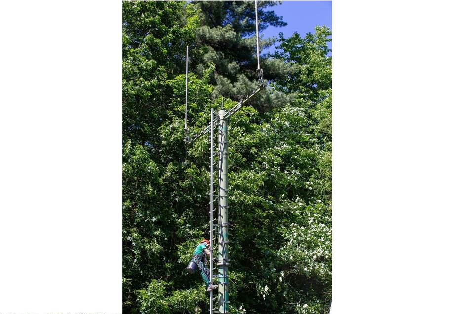 Der Monteur war zwar schon im Juni da, doch in Betrieb geht der Mast nun erst im August.