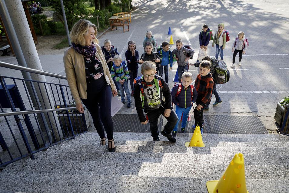 """Roswitha Krahl führte am Montagmorgen ihre Klasse 2a ins Schulhaus, nachdem alle Schüler da waren. Das wird jetzt immer so sein. Die Schüler gewöhnen sich zudem an """"Einbahnstraßen"""" im Gebäude."""