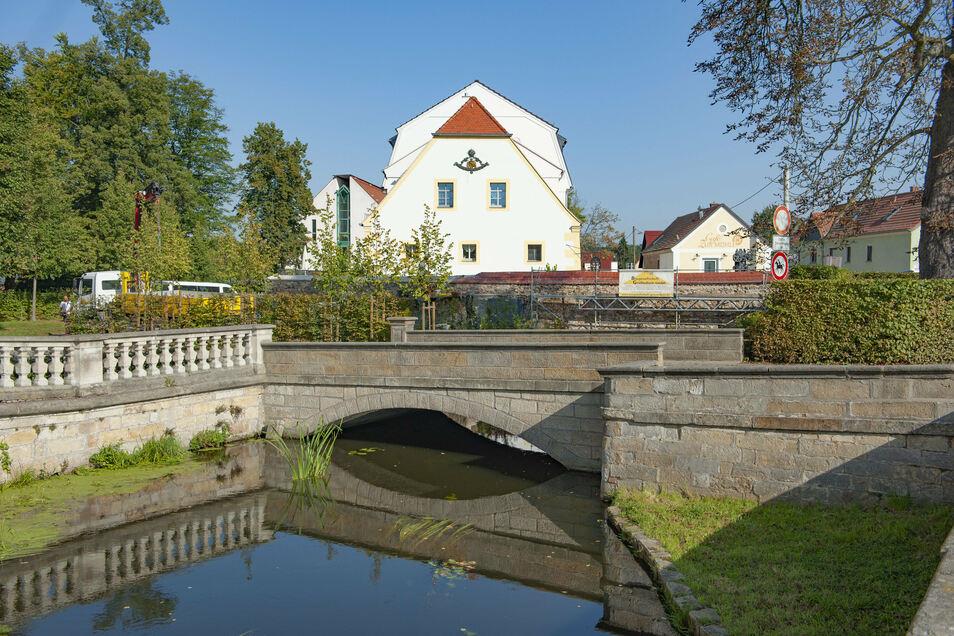 Die denkmalgeschützte Sandsteinbrücke zwischen Zabeltitzer Palais und Schlossmühle soll durch einen Neubau rund 100 Meter entfernt entlastet werden.