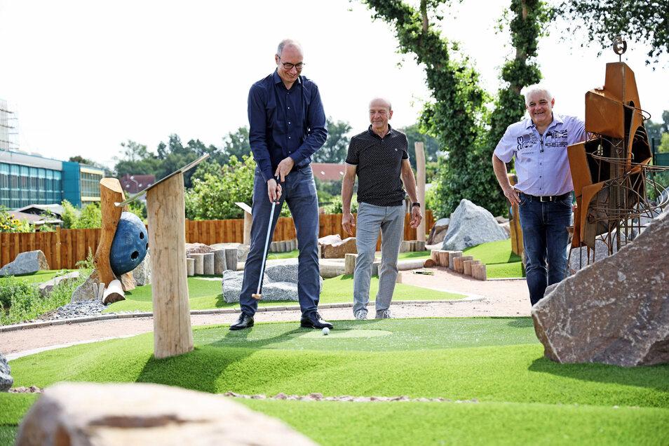 Volle Konzentration: Feralpi-Chef Christian Dohr greift zum Golfschläger, während die Olympia-Inhaber Gerd Leopold und Harald Czudaj (v.l.) in der neuen Anlage zuschauen.