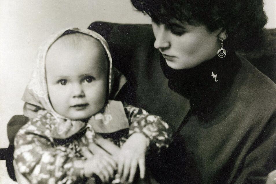 Mutter Ilse, Jahrgang 1935, mit Tochter Maria um 1961, die fast 60 Jahre später ihre Erinnerungen an ihre Mutter aufschreibt.