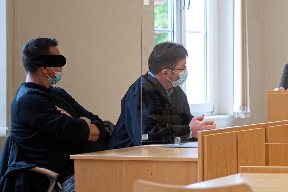 Der Kamenzer Dynamofan Steve N. (l.) musste sich jetzt unter anderem wegen Körperverletzung vor Gericht verantworten.