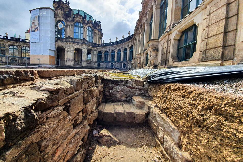 Einheimischer Sandstein aus der Sächsischen Schweiz war schon früher das dominierende Baumaterial im Zwinger. Das zeigen auch diese freigelegten Mauern vor der Porzellansammlung.