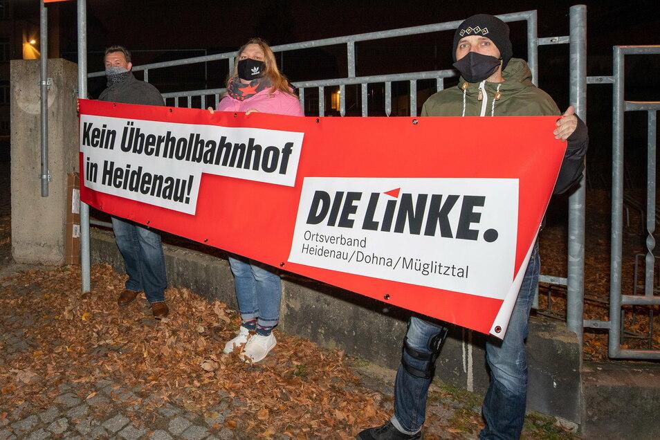 Demo vor dem Stadtrat, das kommt nicht so oft vor in Heidenau. Das Nein gegen den Überholbahnhof war den drei Linken-Stadträten Steffen Wolf, Mandy Plachta und Denis Skeries (v.l.) das aber wert.