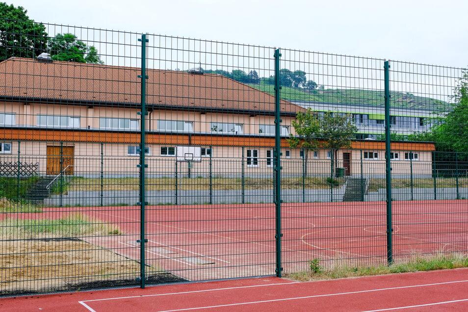 Der grüne Gitterzaun hält den Abschlussjahrgang des Gymnasiums Luisenstift nicht davon ab, in der Turnhalle einen Abiball zu feiern. Es sind die derzeitigen Coronaregeln. Ab 1. Juli gelten neue. Das lässt hoffen.