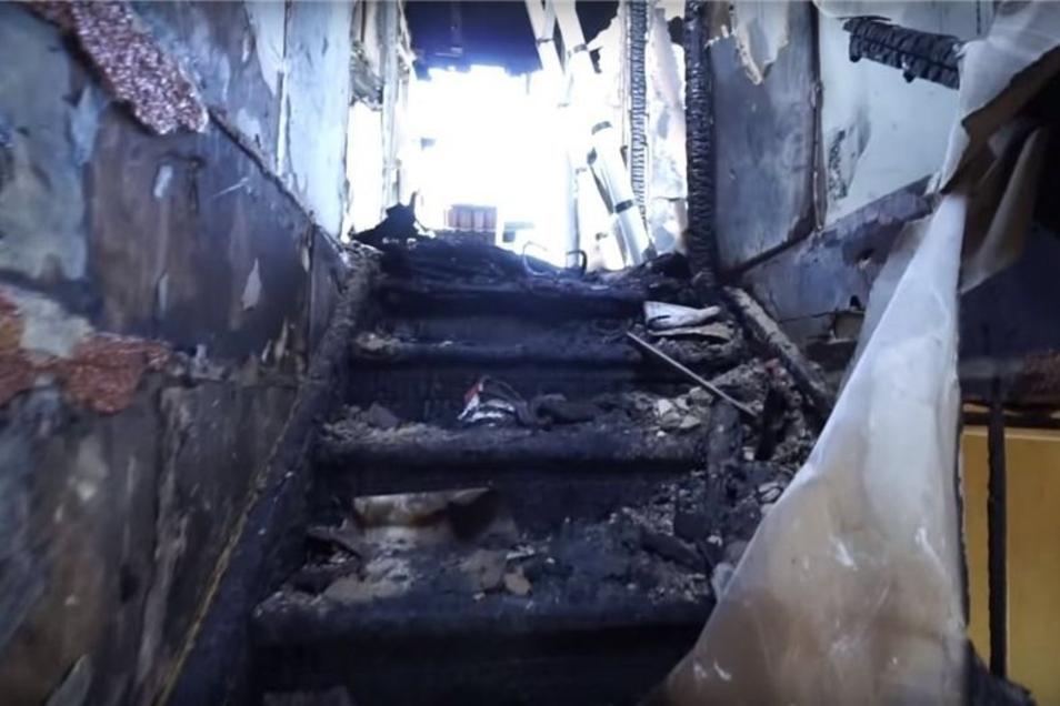 Die Treppe in das Obergeschoss lässt das Ausmaß des Brandes bereits erahnen.