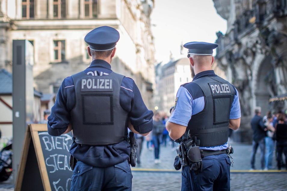 Polizei auf dem Schloßplatz: Trotz der Menschenmenge ist die Stimmung gelassen und friedlich.
