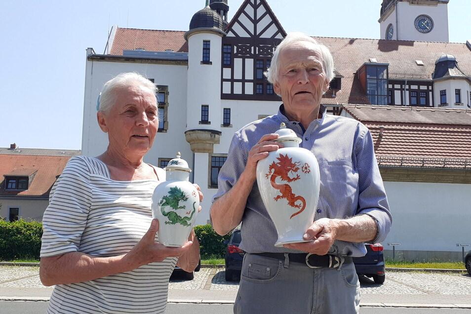 Ursula und Eberhard Gläser mit ihren Sieger-Trophäen aus Meißner Porzellan.