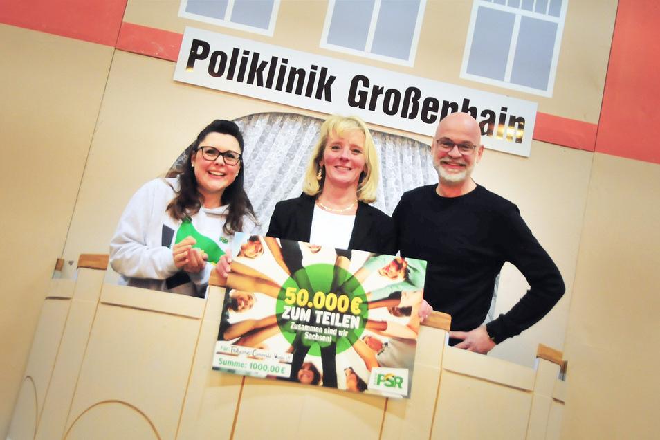 Claudia Switala (l.) und Steffen Lukas von Radio PSR mit Anett Zalkow. Die Großenhainerin hatte in der vergangenen Woche 2.000 Euro gewonnen und teilt diese mit dem Folberner Carnevals-Verein.