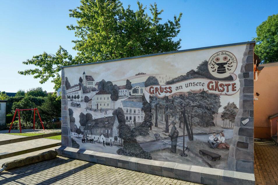 Einen kleinen Ausflug in die Schmiedefelder Geschichte bietet auch das Wandbild an der ehemaligen Schule.